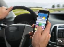 Das Handy oder Smartphone im Auto - bei der Fahrt - zu nutzen ist heute nicht unüblich. Leider kann das erhebliche Folgen haben und erhöht drastisch das Unfallrisiko. Studie belegt: Ist wie betrunken Auto fahren.