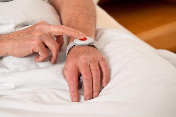 Hausnotruf mit Notrufknopf gibt Senioren Sicherheit