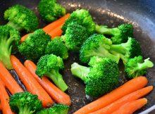 Frisches Gemüse dünsten oder im Dampf garen erhält die meisten Vitamine, Mineralien und Spurenelemente.