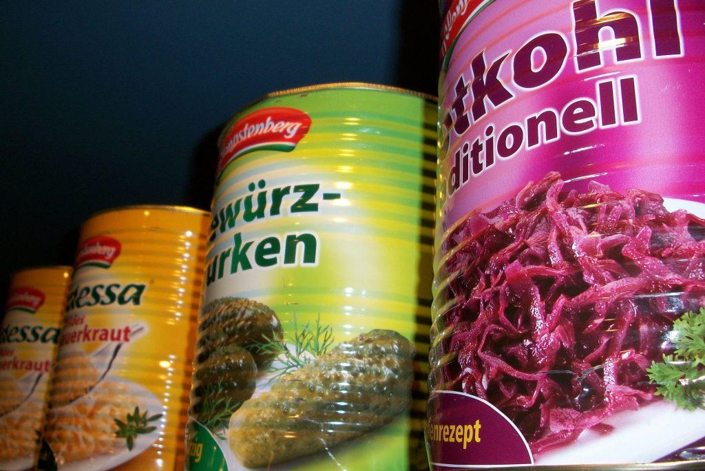 Obst und Gemüse aus dem Glas oder der Dose oft mit Zusatzstoffen je nach Produkt mit viel Salz und Zucker